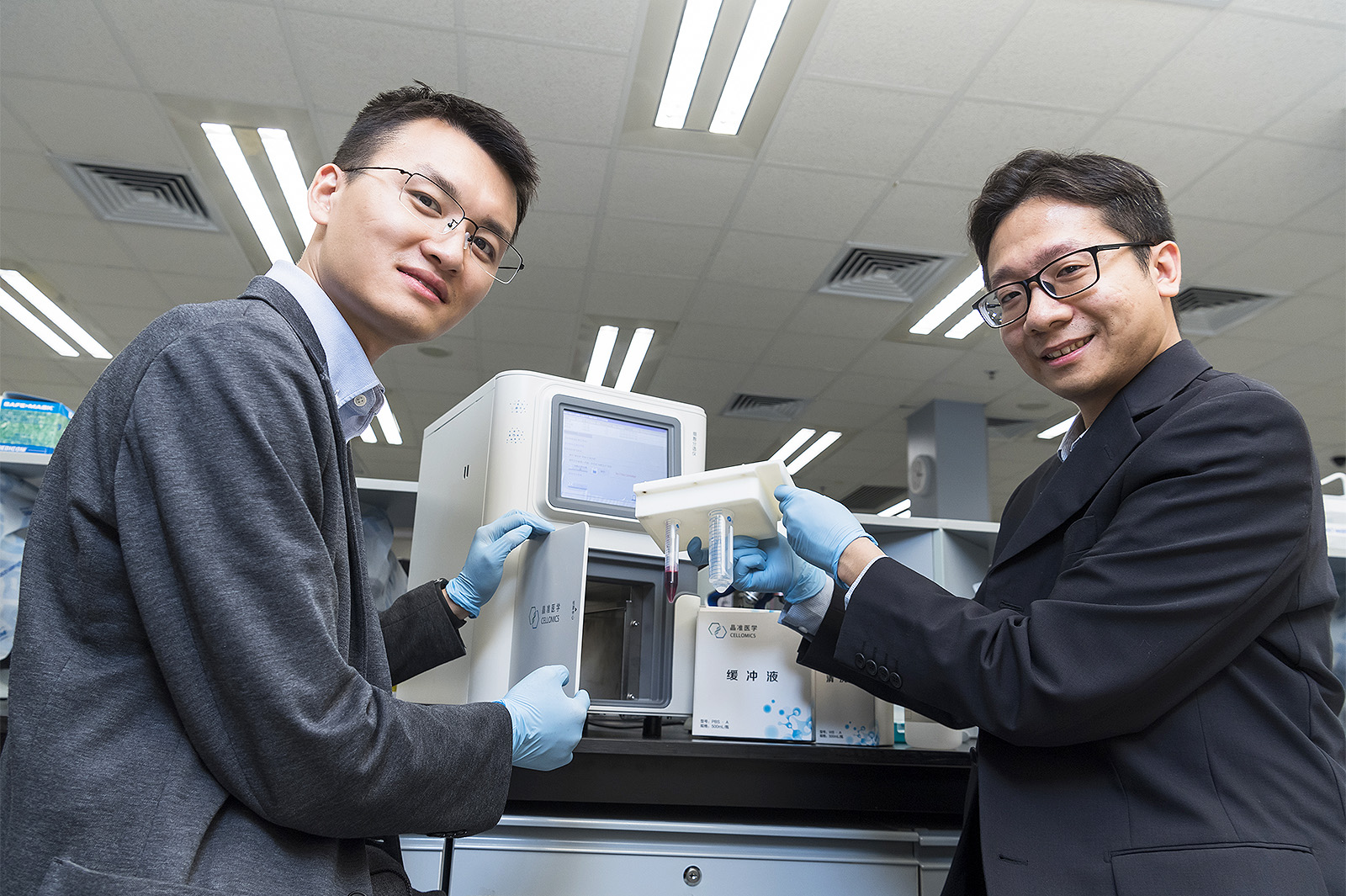 Dr Henry Zou Heng and Dr Edwin Yu Wai-kin, Senior Research Associates in the Department of Biomedical Sciences at CityU develop technology that can accurately perform early screening for cancer cells and effectively monitor disease status.
