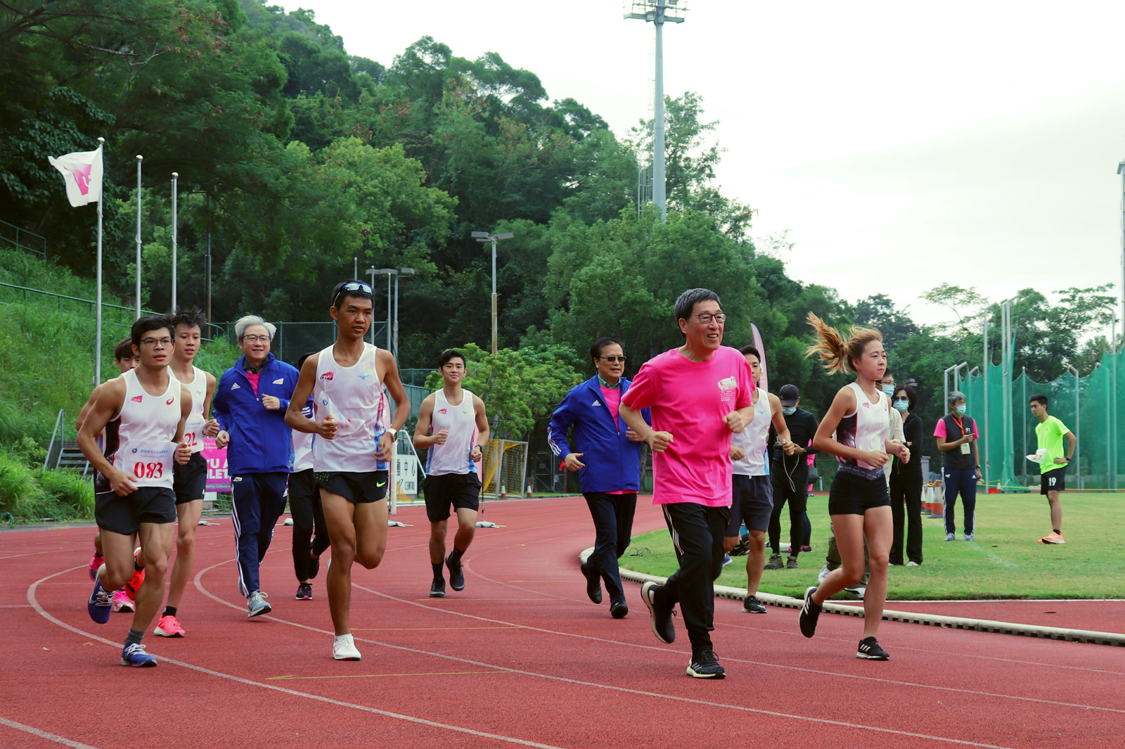 President Kuo leads staff and students on a run at the 27th CityU Annual Athletics Meet.