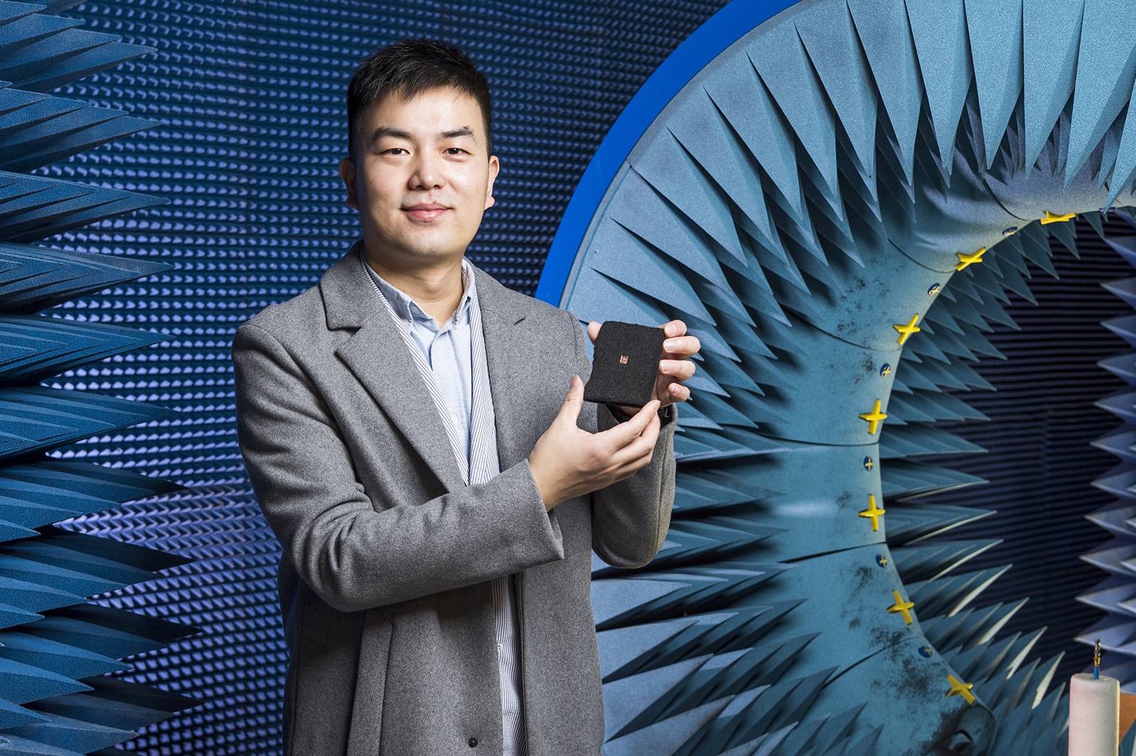 Kong Shangcheng holds his award-winning terahertz on-chip antenna.