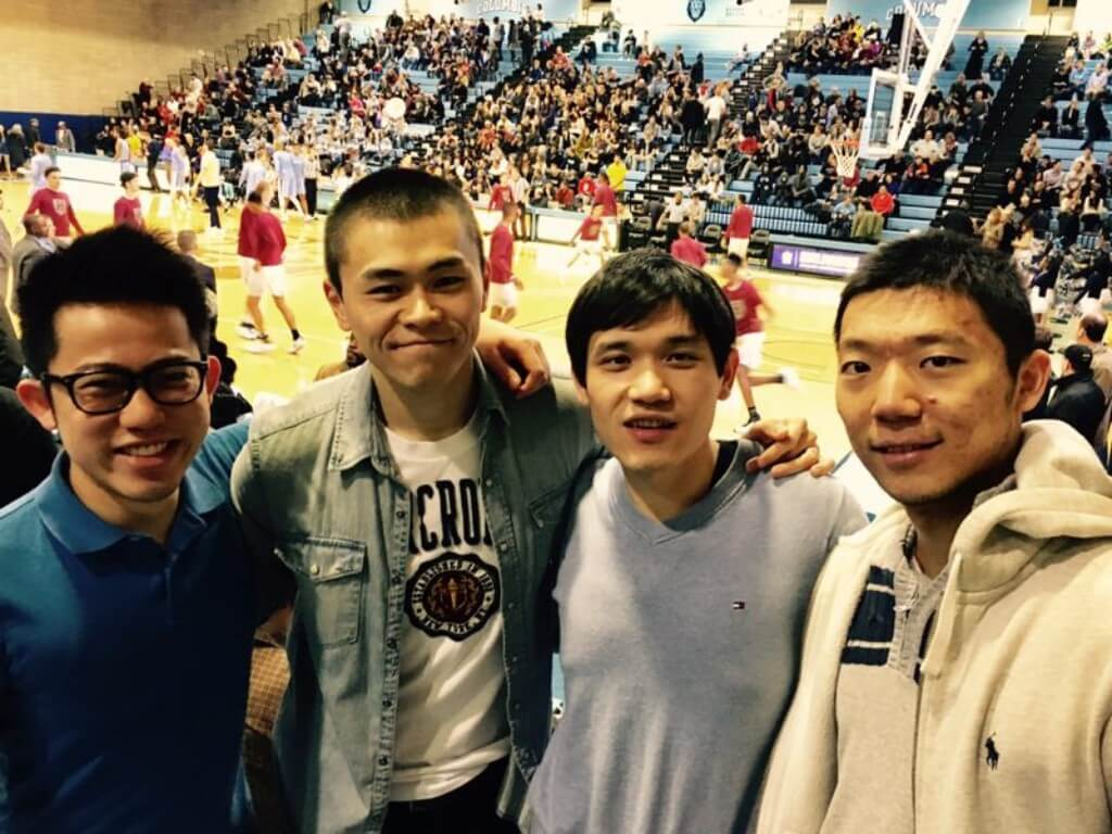Forest Chan Che (left) enjoyed the campus life in the US, he watched basketball game of Ivy League with his friends.