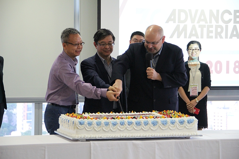 This year marks the 30th anniversary of Advanced Materials, and NANO 2018 co-organized AM30 Symposium Hong Kong with the journal, hosted by Professor Hua Zhang from NTU Singapore (Left) and Professor Lu Jian from CityU (Middle), with a cake-cutting ceremony.