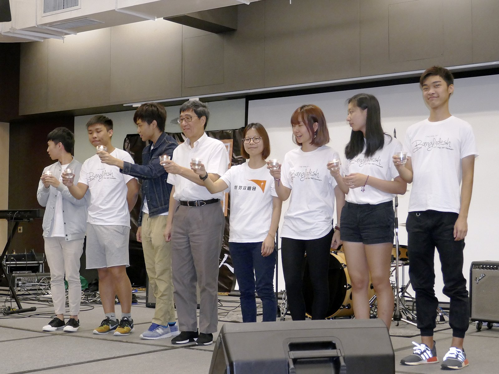 Professor Kuo (fourth from left), Ms Chan (fourth from right), representative of World Vision Hong Kong, and members of the Social Service Team join the candle lighting ceremony.