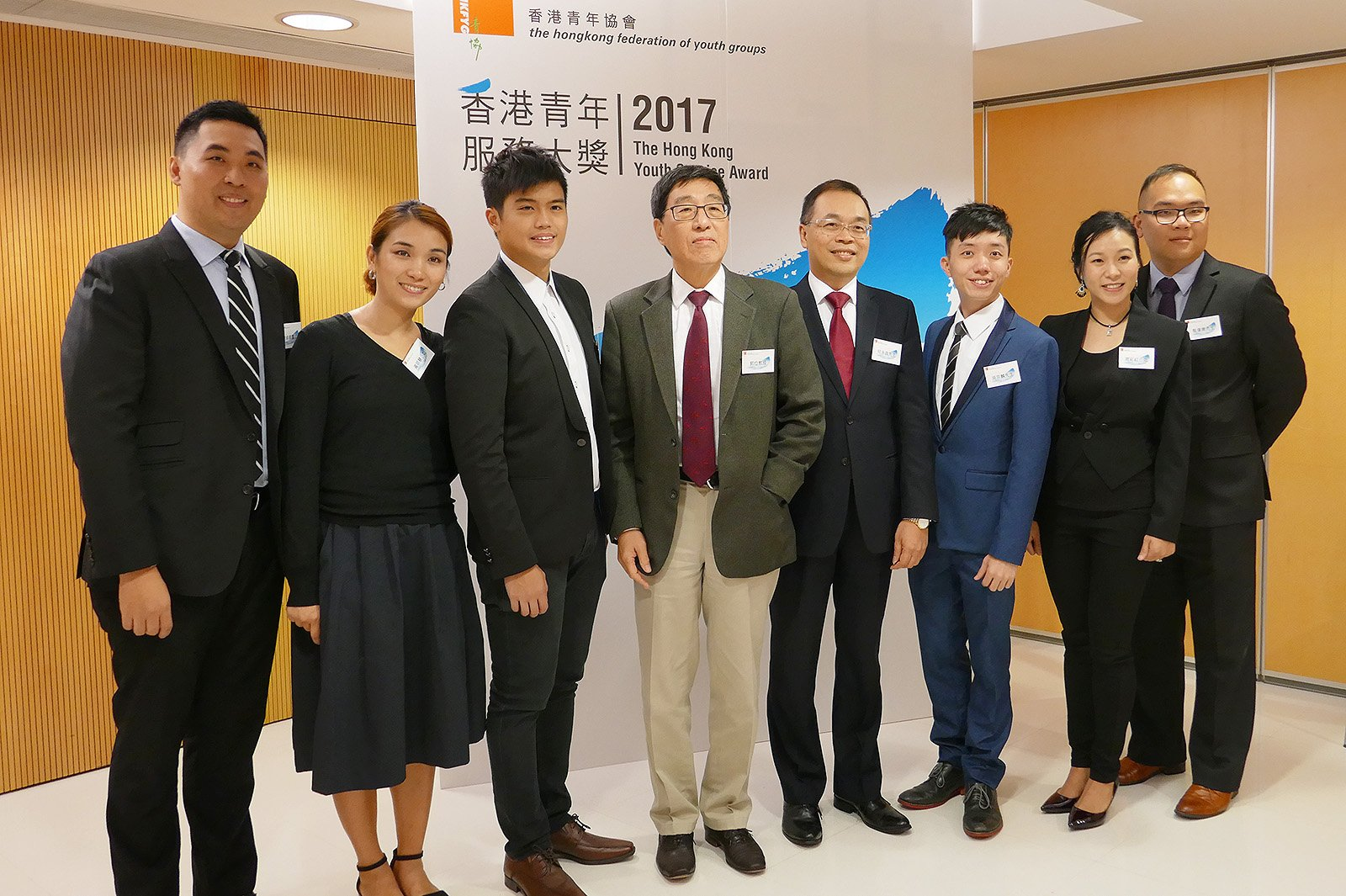 Professor Kuo (4th from left), the Hong Kong Youth Service Award 2017 awardees, and the Executive Director of The Hong Kong Federation of Youth Groups.