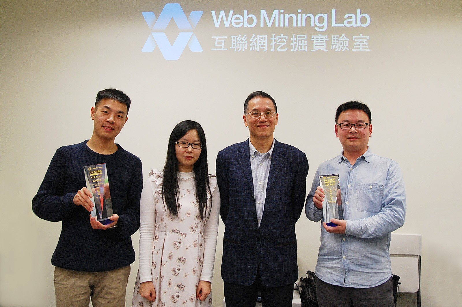 Chair Professor Jonathan Zhu Jianhua (second from right) and the winning team.