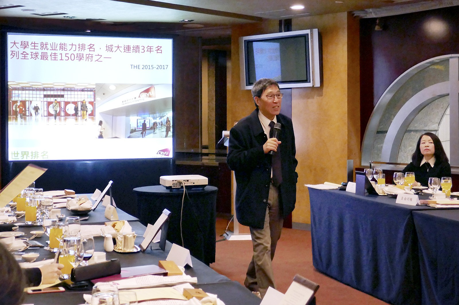 Professor Kuo introduces CityU's latest development to media representatives in Taiwan.