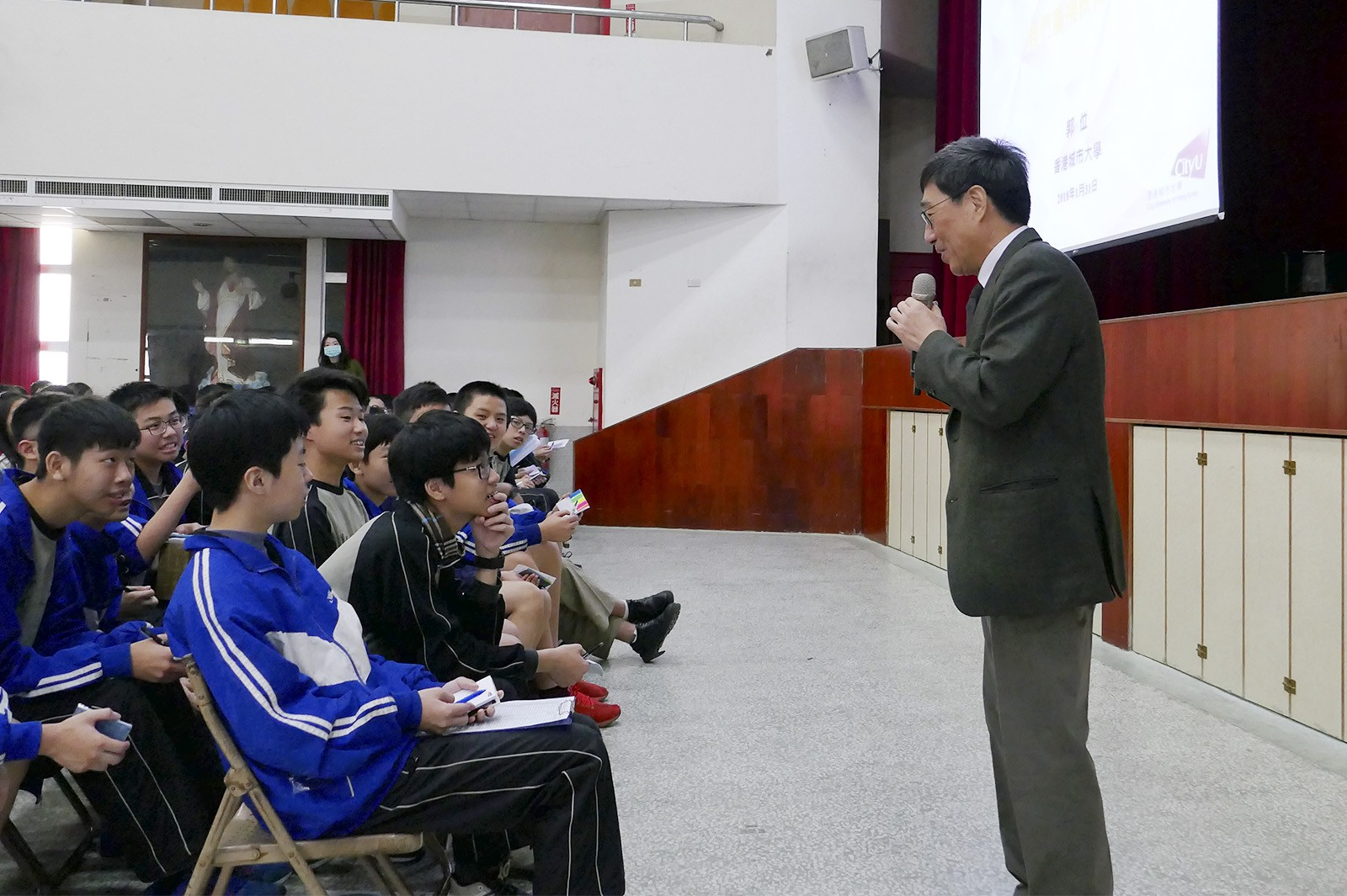 Professor Kuo talks to secondary school students during a seminar.