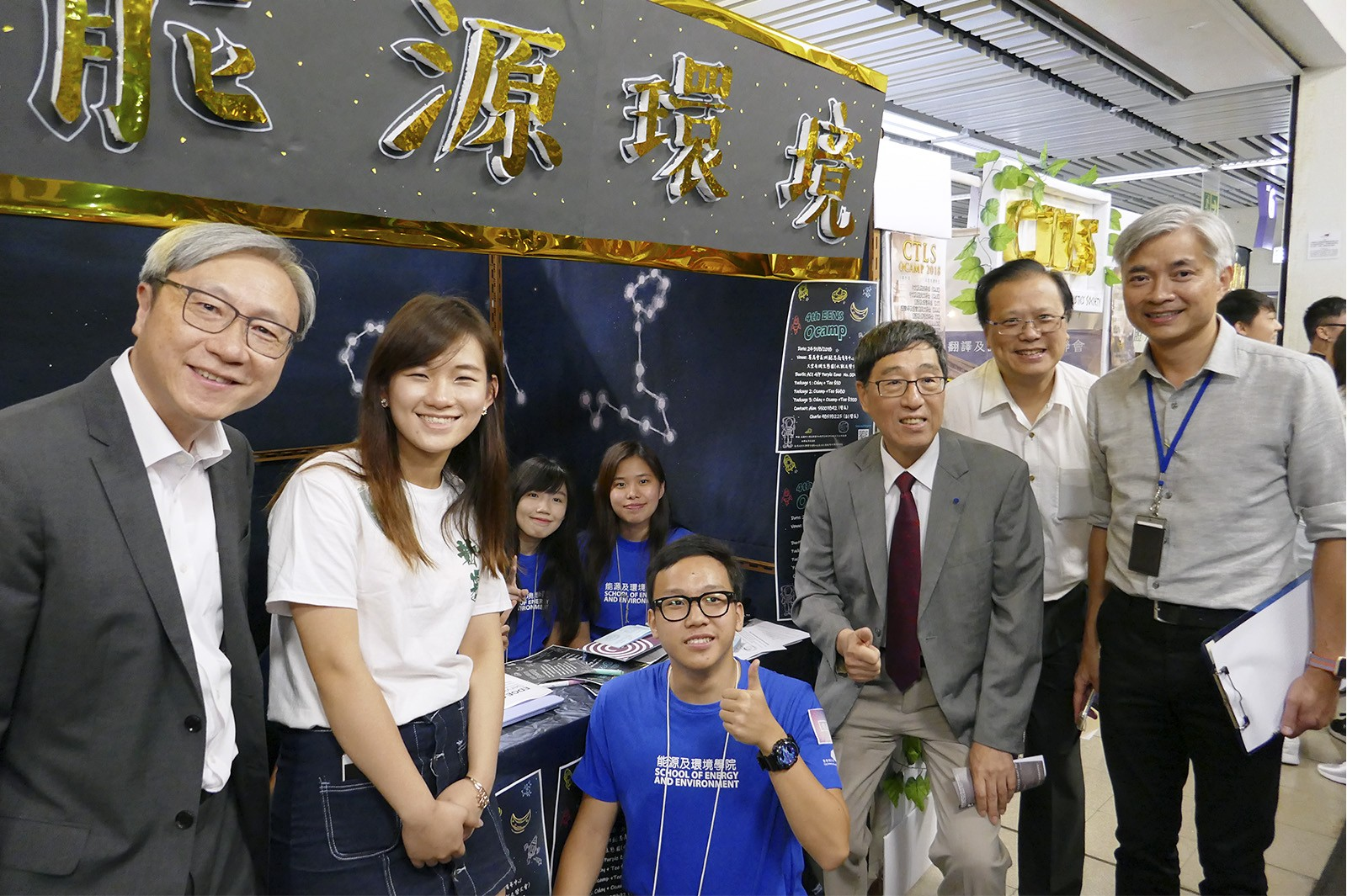 President Kuo (third from right), Professor Ip (far left), Dr Kwok (far right) and Dr Wong (second from right) visit the stalls of the SU clubs and societies.