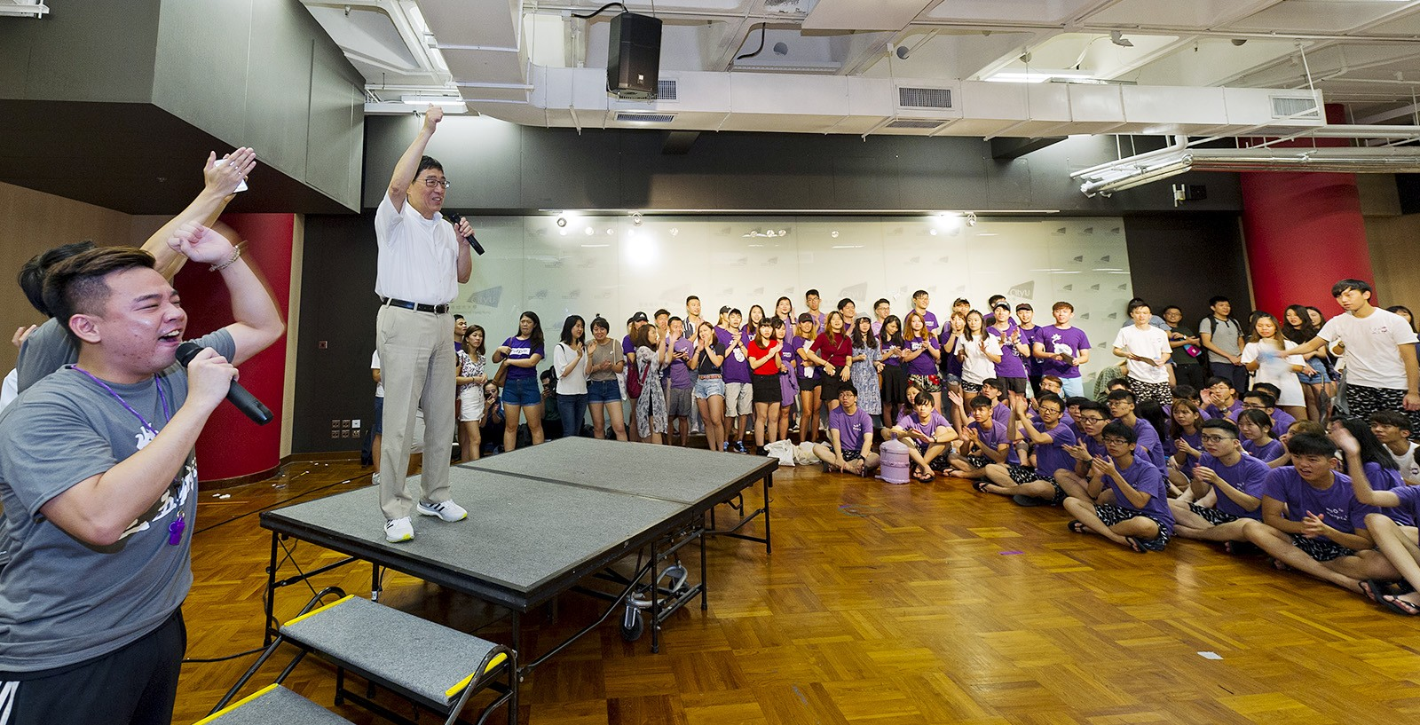 President Kuo greets new students at the kick-off ceremony for the SU orientation camp.