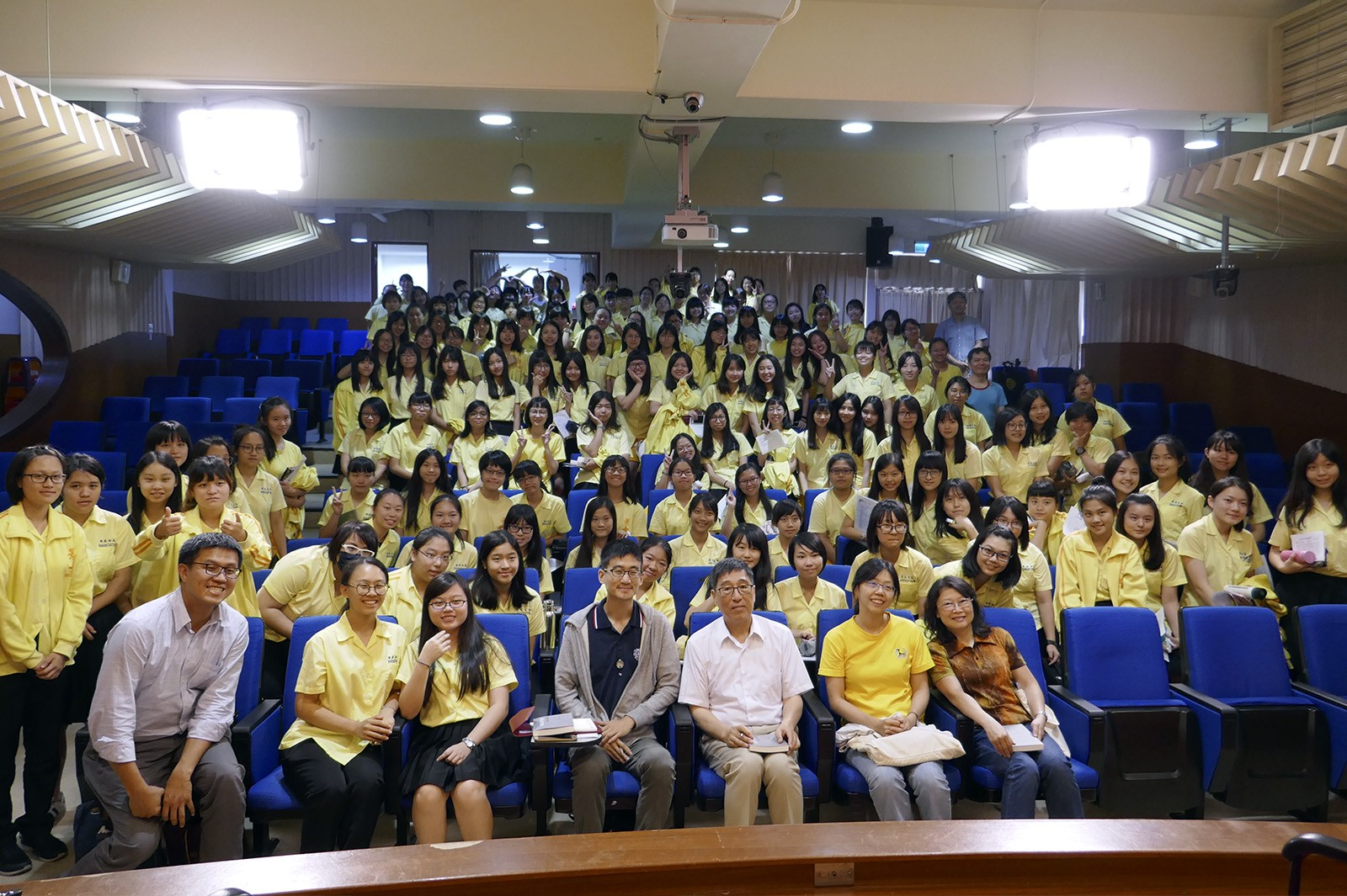 Professor Kuo (third from right in front row) delivered a talk at Taipei JingMei Girls High School.