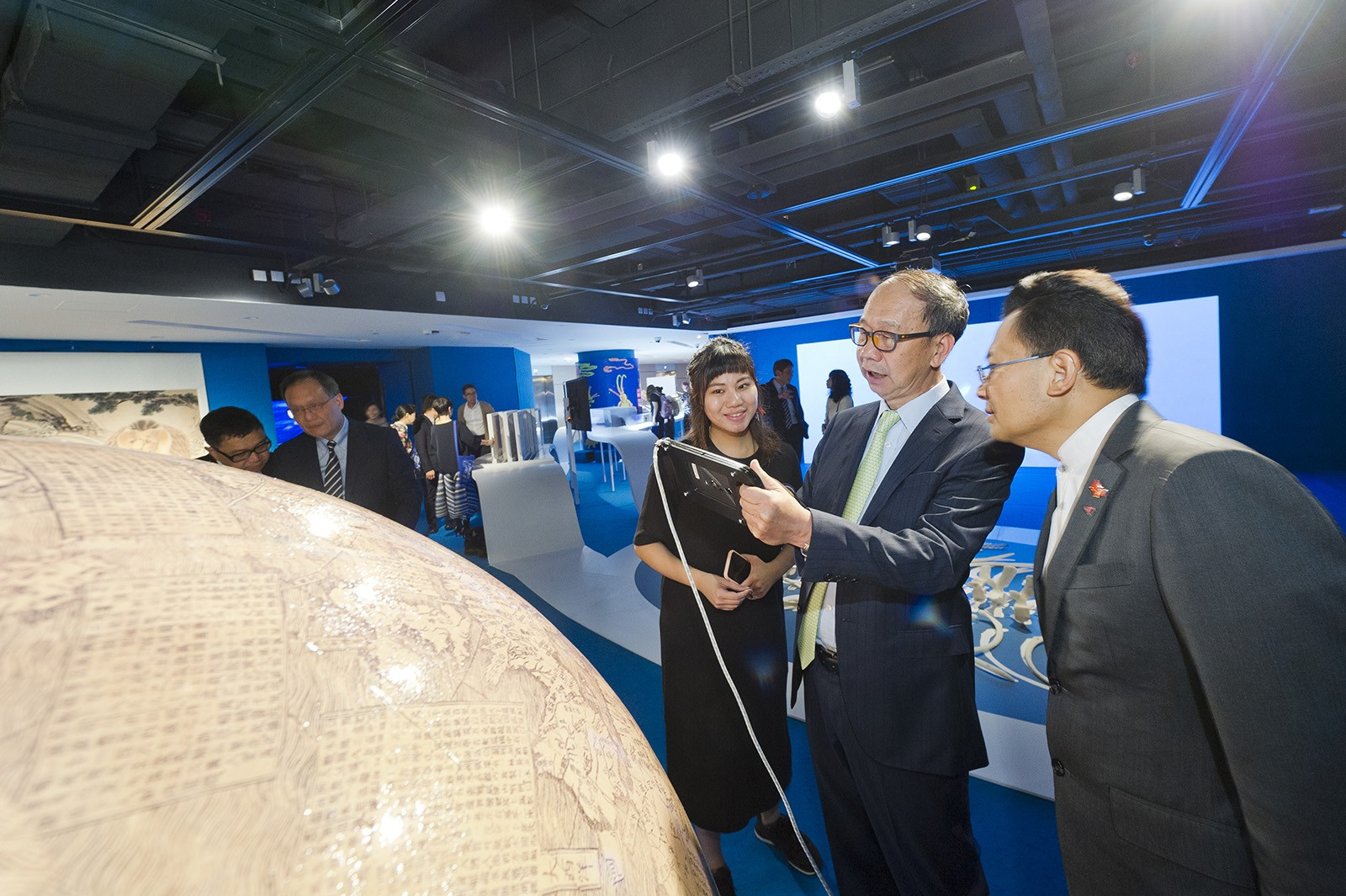 Dr Chung Shui-ming (second from right), Pro-Chancellor, visits the exhibition with other guests.