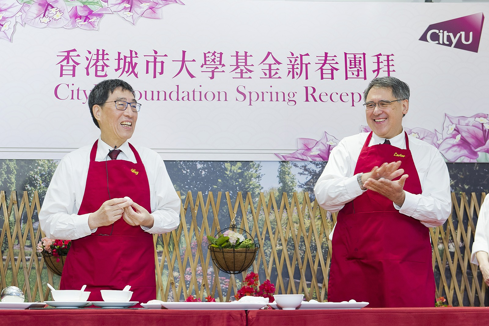 Professor Kuo (left) and Mr Huang made pig-shaped glutinous rice dumplings to say thank you to members of CityU Foundation and CityU good friends for their support.