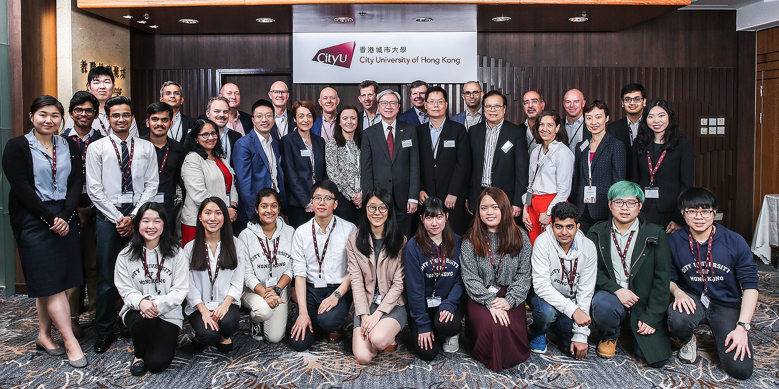 Professor Ip (2nd row, 6th from right) thanked the HSBC delegation for holding high level dialogues with CityU students and alumni.