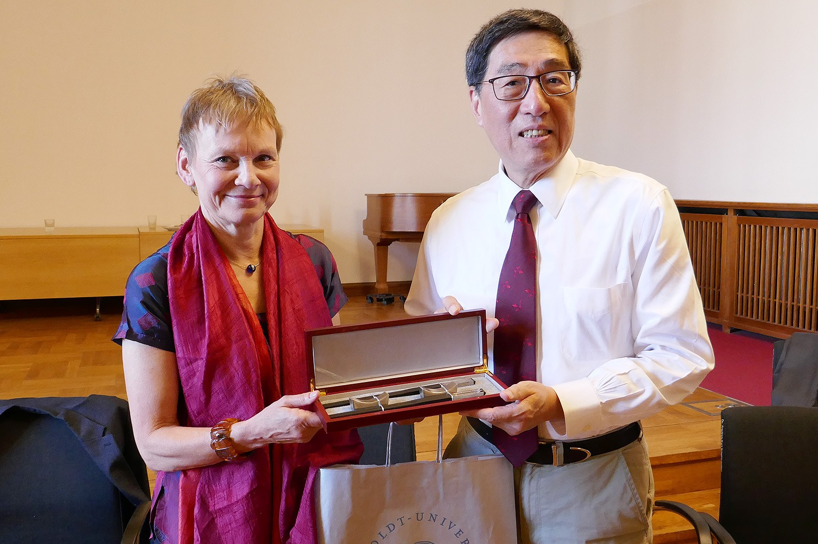 President Kuo (right) and Professor Kunst exchange souvenirs at HU Berlin.