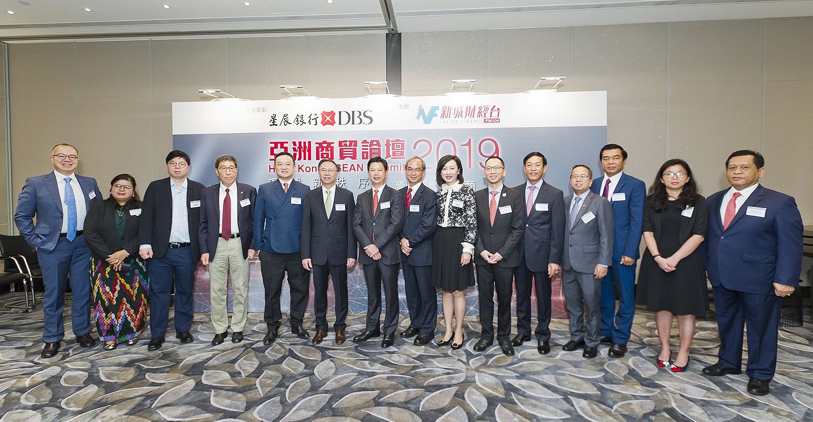 Professor Kuo (4th from left) and other guests of the Summit.