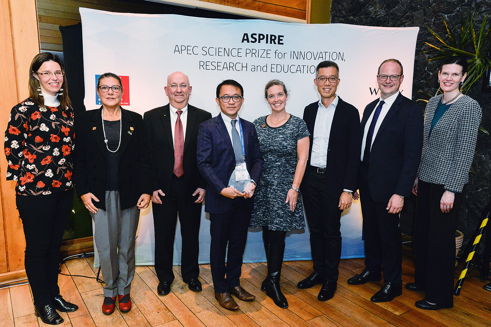 Dr Ng Yun-hau (4th from left), Associate Professor of CityU's School of Energy and Environment, receives this year's APEC Science Prize for Innovation, Research and Education (ASPIRE) for his contributions to the discipline of photoelectrocatalysis.