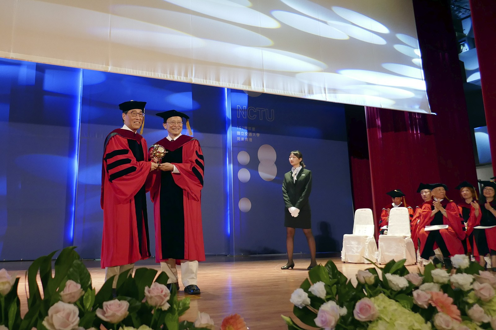 Professor Chang, President of NCTU, presents a souvenir to President Kuo (first on left).