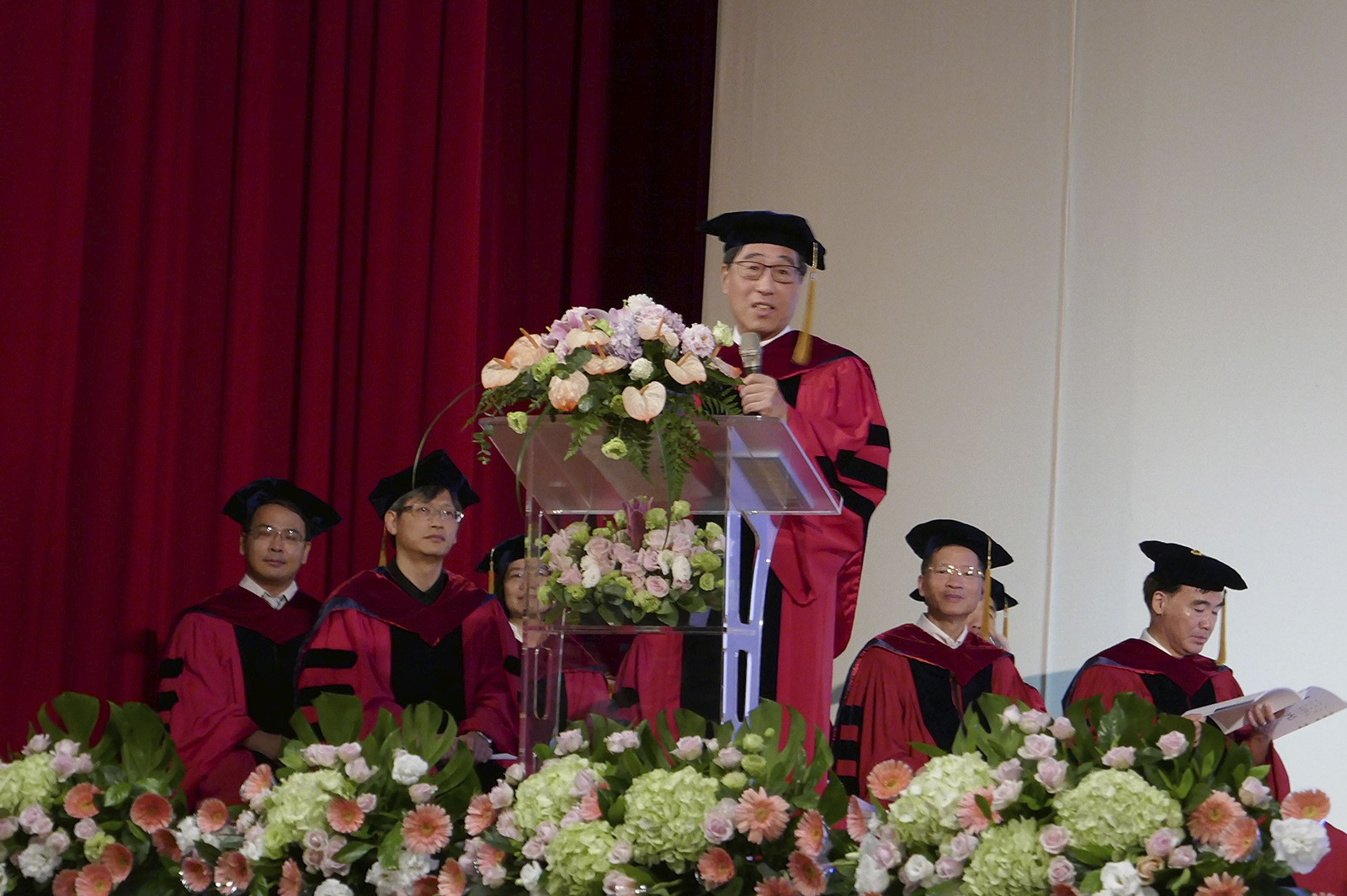 President Kuo delivers a talk at the inauguration ceremony for graduates of NCTU.