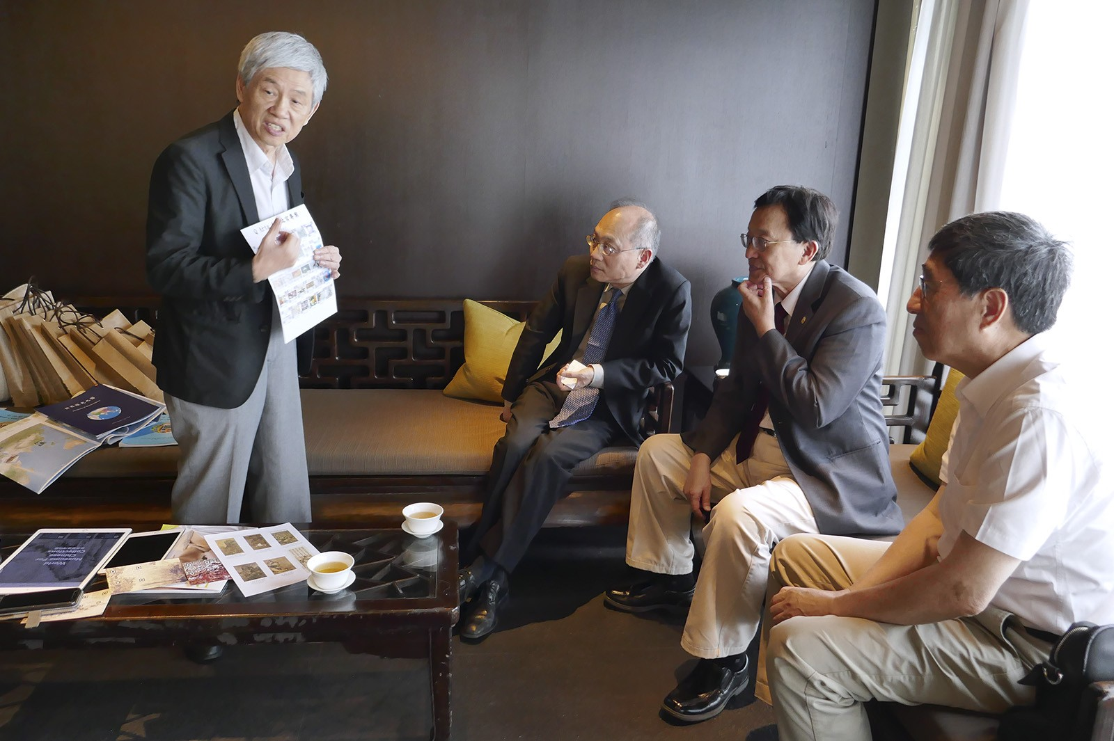 "(From right) Professor Kuo, President of CityU; Professor Chang, President of NCTU; and Mr Wu, Director of NPM discuss how to collaborate on the project ""Digitising Palace Museum"". Professor Li, Chair Professor of the Institute of Information Management at NCTU, presents the main objectives of the project."