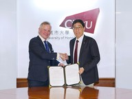 Professor Kuo (right) and Professor Ottersen (left) signed an MOU on academic exchange on 19 June.